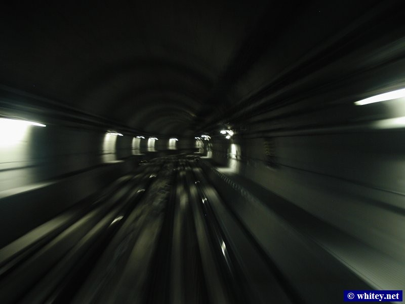 Whizzing through a tunnel, 杜拜 Metro, 杜拜, 阿聯酋.