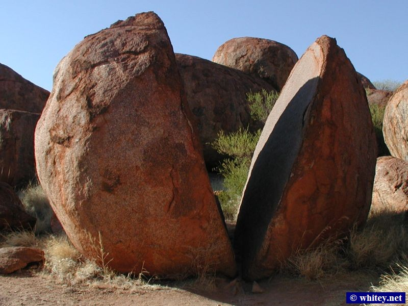 Huge rounded granite boulders, the Devil's Marbles, 澳大利亚. This one is twice the height of a man.