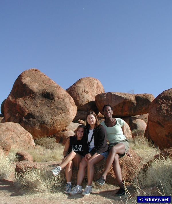 Laurie, Christian, and Grace at the Devils Marbles, Australie.