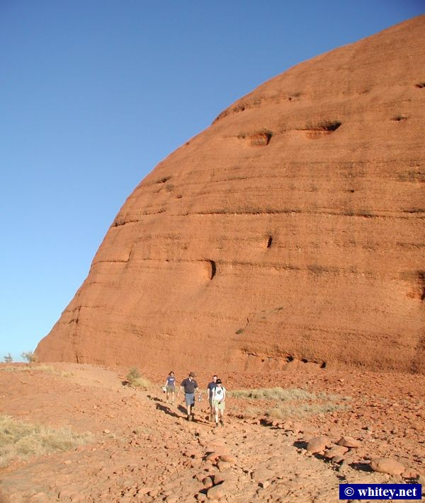 Walking out of Kata Tjuta (The Olgas), استراليا.