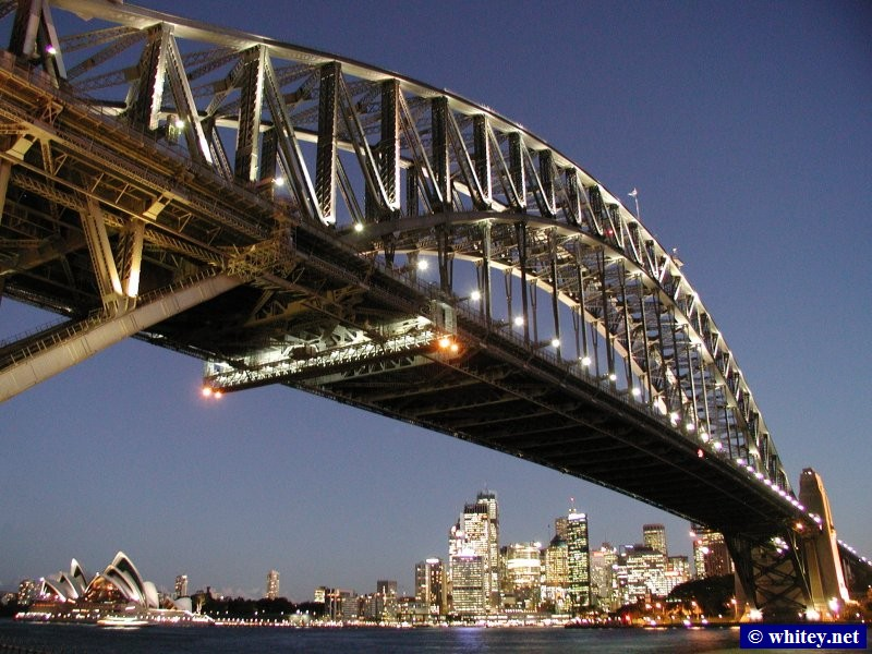 Sydney Harbour Bridge, Sydney Opera House, and City Skyline at dusk, Sydney, Australien.