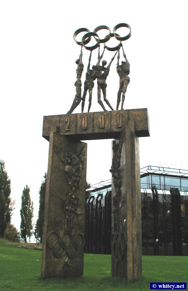 The IOC Year 2000 Olympics Statue in Lausanne, سويسرا.