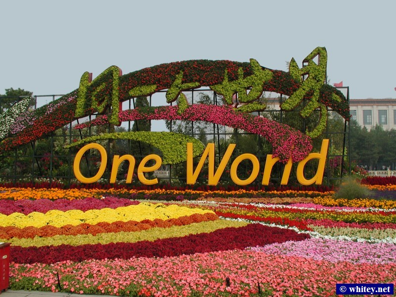 "Olympic Slogan First Part ""One World ..."", Plaza de Tian'anmen, Pekín, China. 奥运口号 ""同一个世界 ..."", 天安门广场."