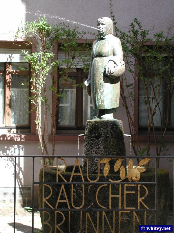 Frau Rauscher Brunnen – Apple Wine Statue, Alt Sachsenhausen, Francfort-sur-le-Main, Allemagne. The statue spits water on unsuspecting tourists!