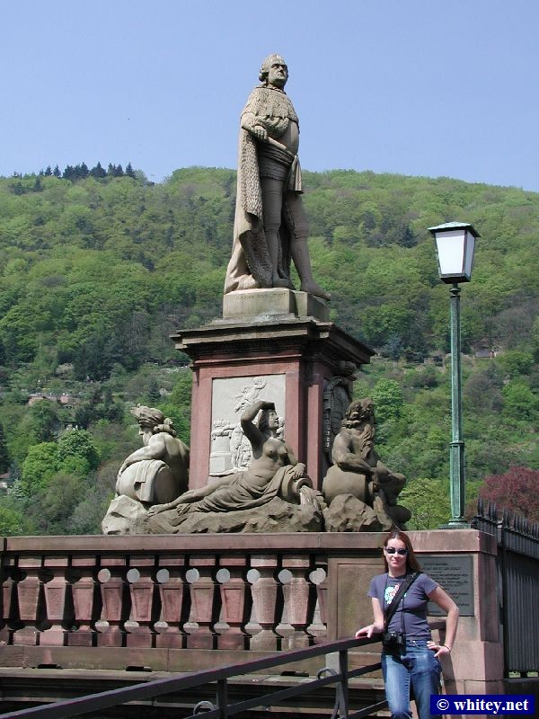 Karl Theodor Statue and Michelle at south end of Heidelberg Bridge, Allemagne (Karl-Theodor-Brücke / Alte Brücke).