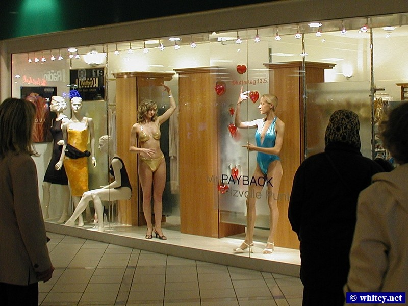 Living Mannequins in a shop window with many perplexed onlookers, فرانكفورت, ألمانيا.