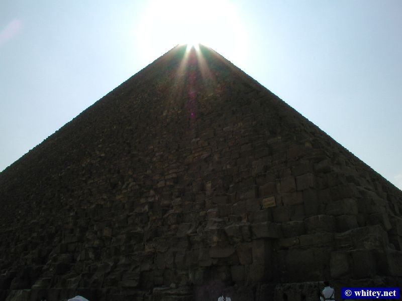 The sun setting behind the peak of the Cheops-Pyramide, Ägypten.   أهرامات الجيزة