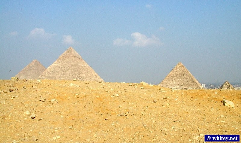 Four pyramides – The three large pyramides plus one of the three pyramides of the queens.   أهرامات الجيزة