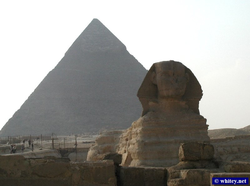 Große Sphinx von Gizeh with the pyramide of Chephren/Khafre in the background, Ägypten.