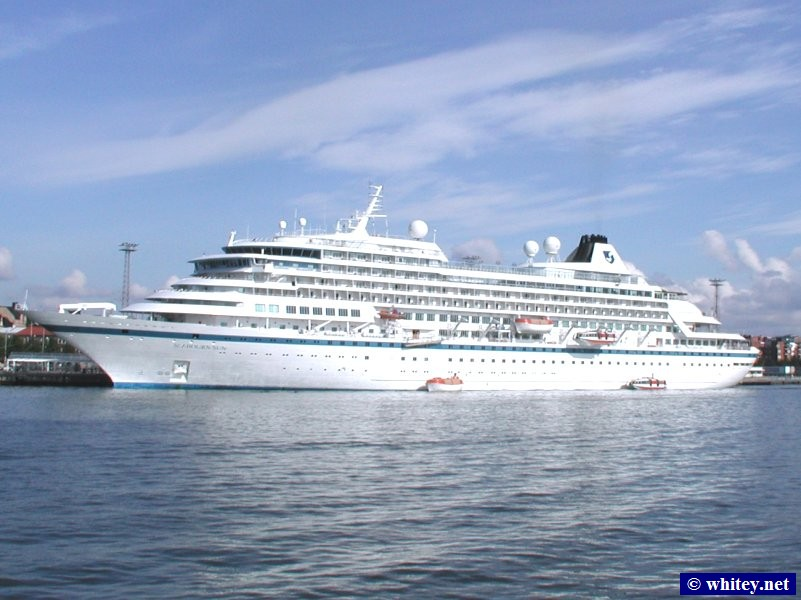 Cruise Ship docked in 헬싱키 harbour, 핀란드.