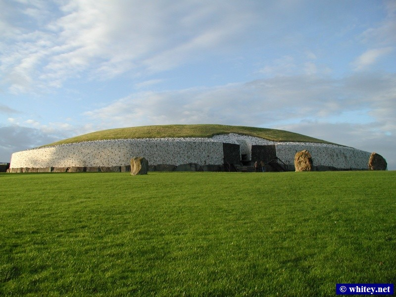 Newgrange prehistoric site, County Meath, アイルランド, 3300-2900 BC. (This predates the ギザの大ピラミッド!)