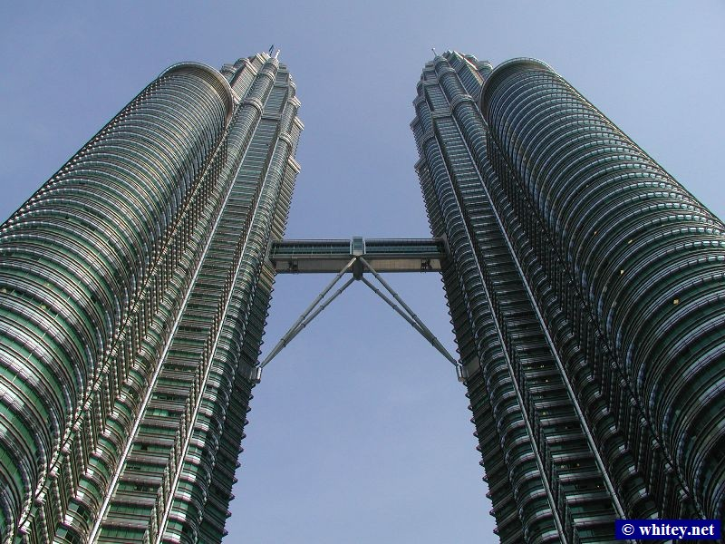 View of the Torres Petronas, Kuala Lumpur, Malasia, from the ground.