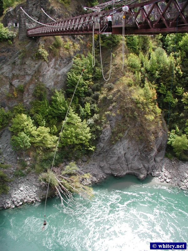 A J Hackett's Bungy/Bungee, Kawarau Bridge, near Queenstown, Südinsel, Neuseeland. The world's first permanent commercial bungee site.