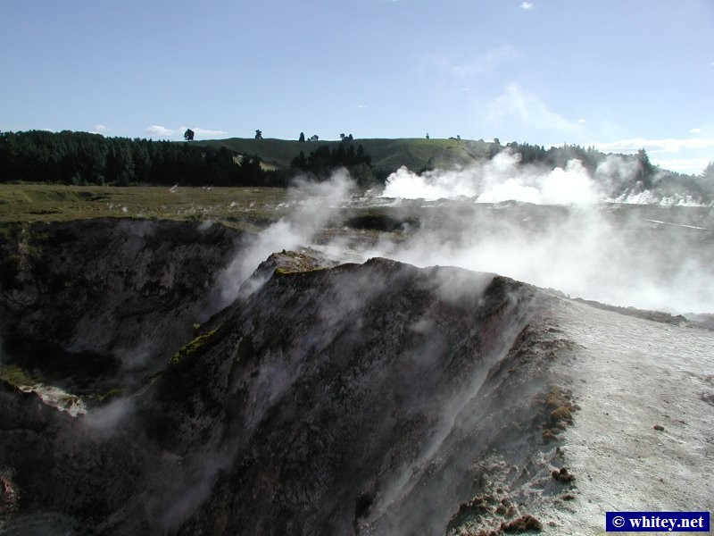Wairakei Thermal Area, Ilha Norte, Nova Zelândia – Sulphur laden steam pours out of the ground everywhere.