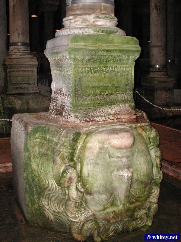 Upside-down head of ميدوسا in the Basilica Cistern, إسطنبول. / Yerebatan Sarnıcı.