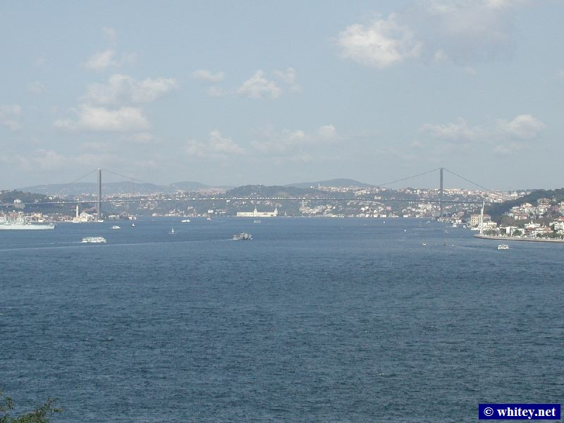 Bósforo Bridge, Istambul, Turquia, which links the continents of Europe (left) and Asia (right). / İstanbul Boğazı.